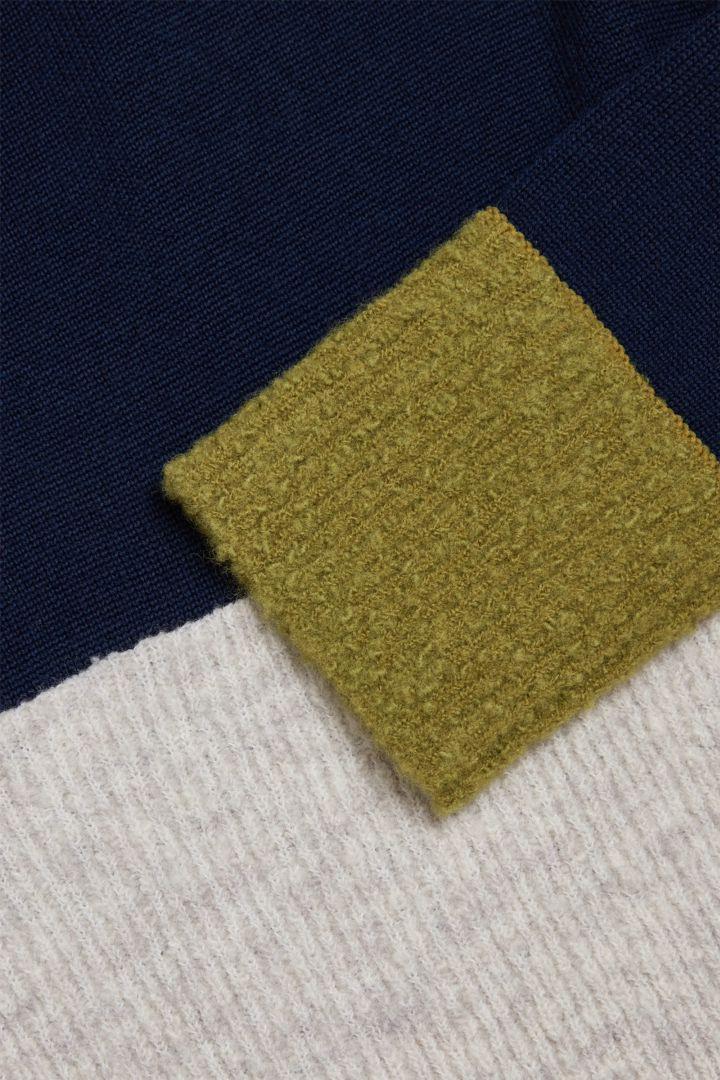 COS 컬러 블록 메리노 스웨터의 네이비 / 그린 / 그레이컬러 Detail입니다.