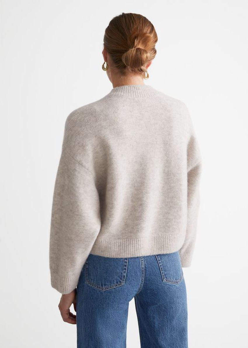 앤아더스토리즈 체스트 포켓 니트 스웨터의 몰컬러 ECOMLook입니다.