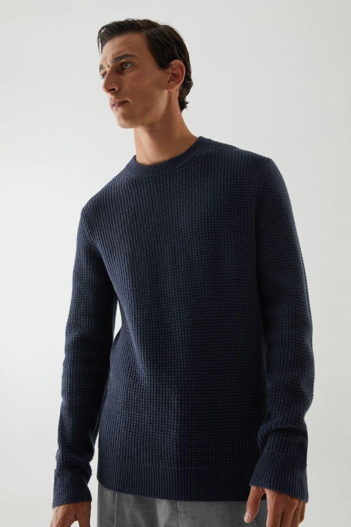 COS hover image 1 of 블루 in 캐시미어 와플 니트 스웨터