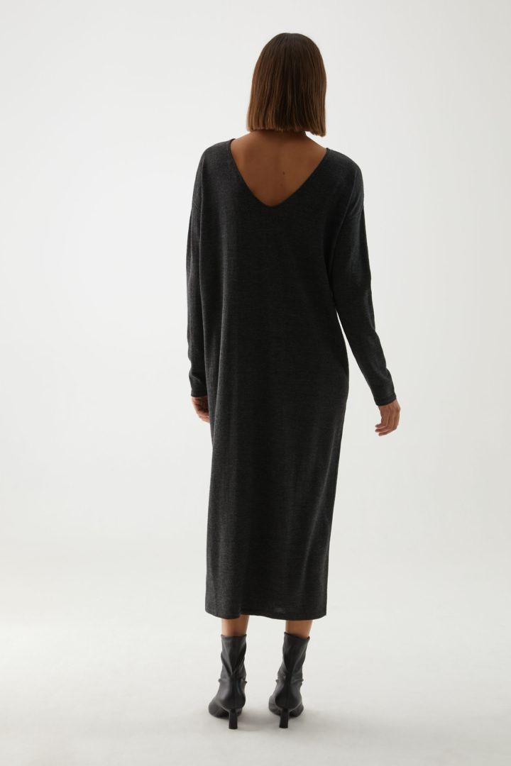 COS 롱 울 니티드 드레스의 그레이컬러 ECOMLook입니다.