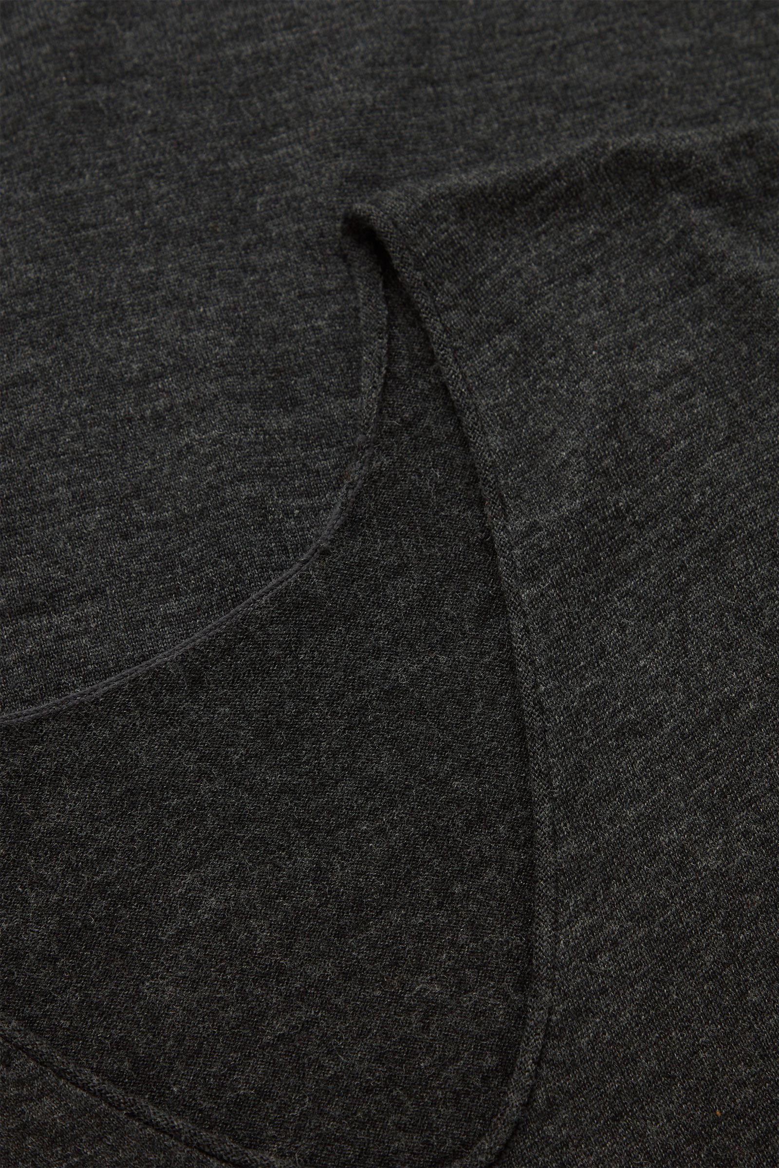 COS 롱 울 니티드 드레스의 그레이컬러 Detail입니다.