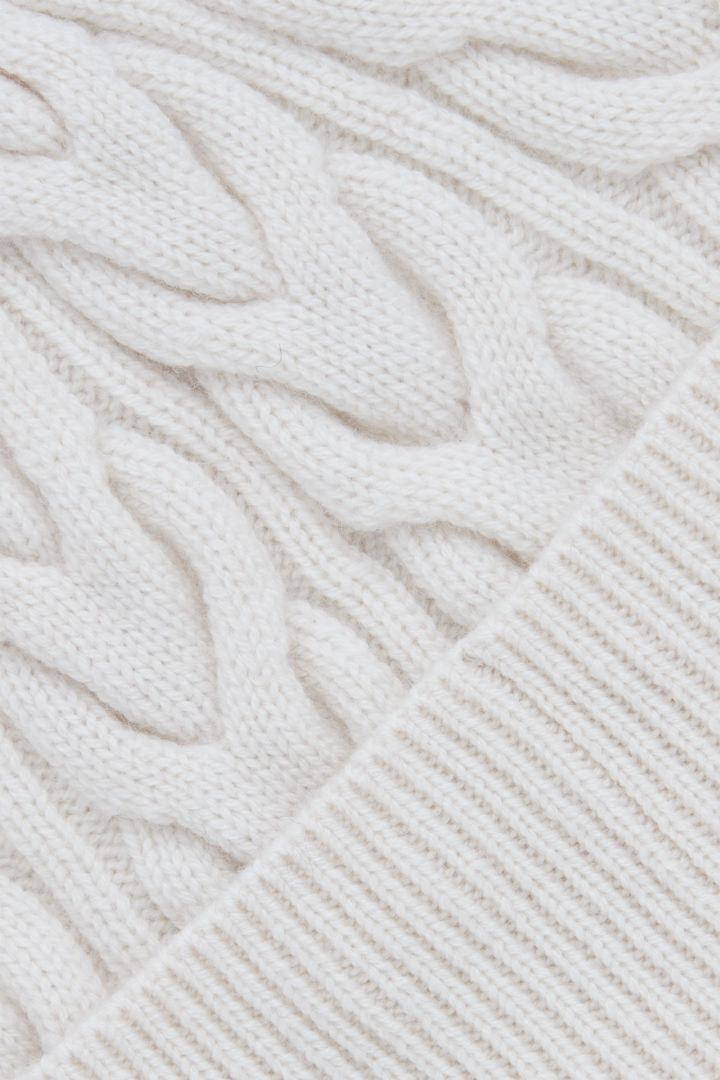 COS 울 야크 케이블 니트 햇의 화이트컬러 Detail입니다.