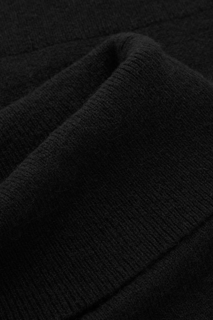 COS 리브 칼라 울 알파카 탑의 블랙컬러 Detail입니다.