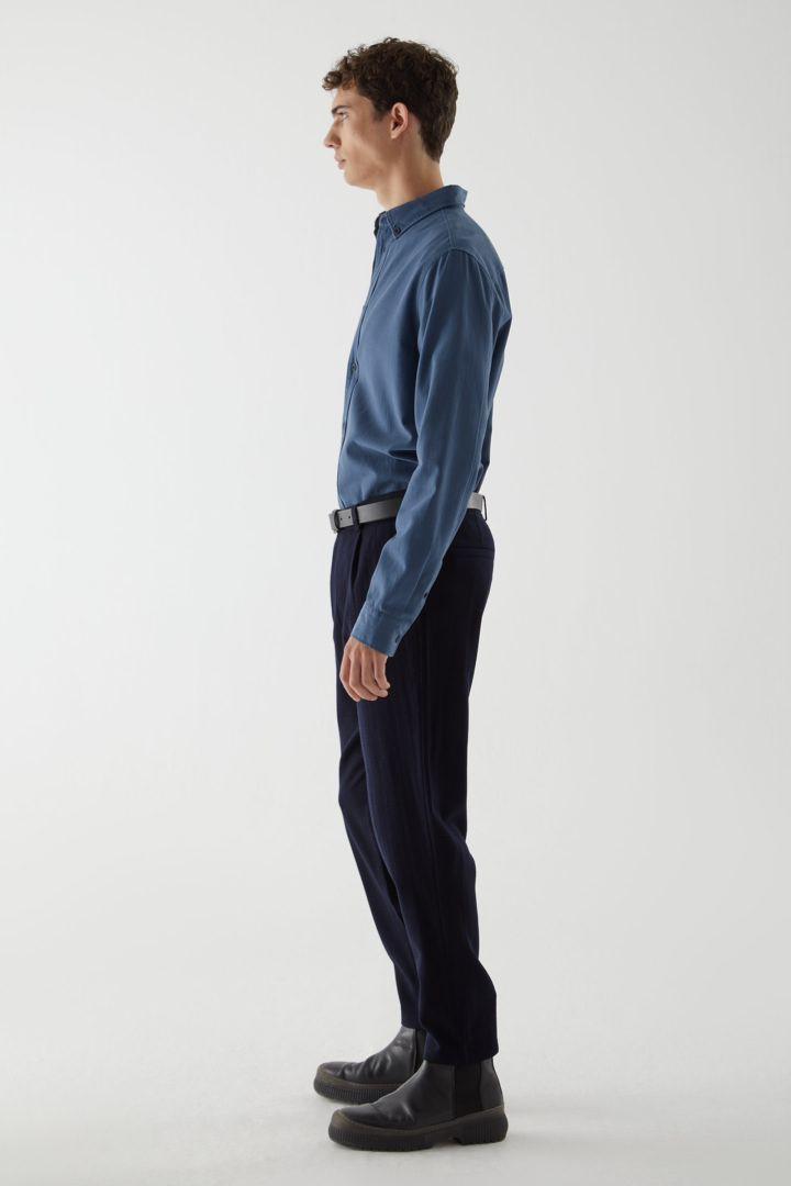 COS 울 크레이프 테이퍼드 레그 치노 트라우저의 네이비컬러 ECOMLook입니다.