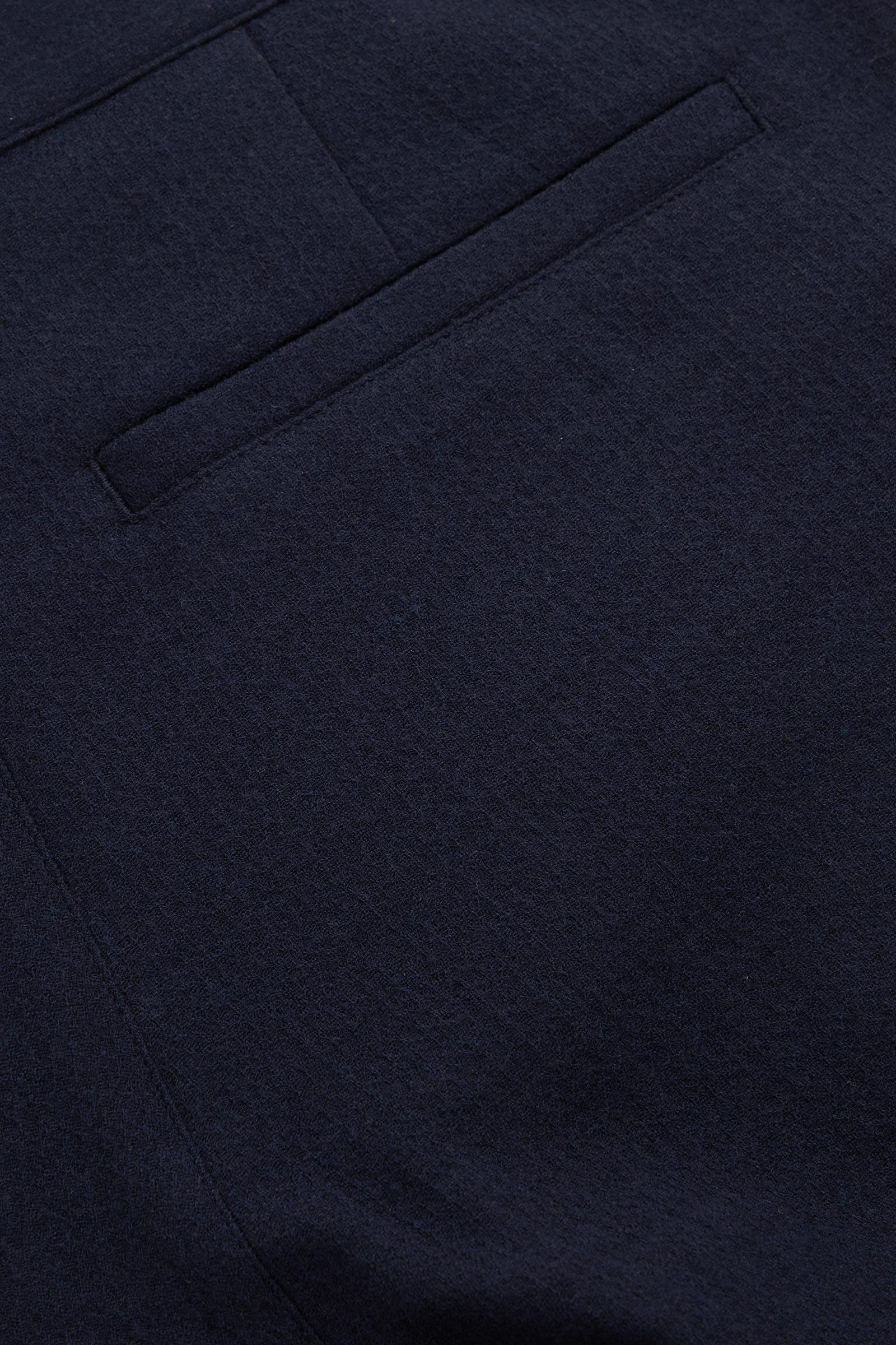 COS 울 크레이프 테이퍼드 레그 치노 트라우저의 네이비컬러 Detail입니다.