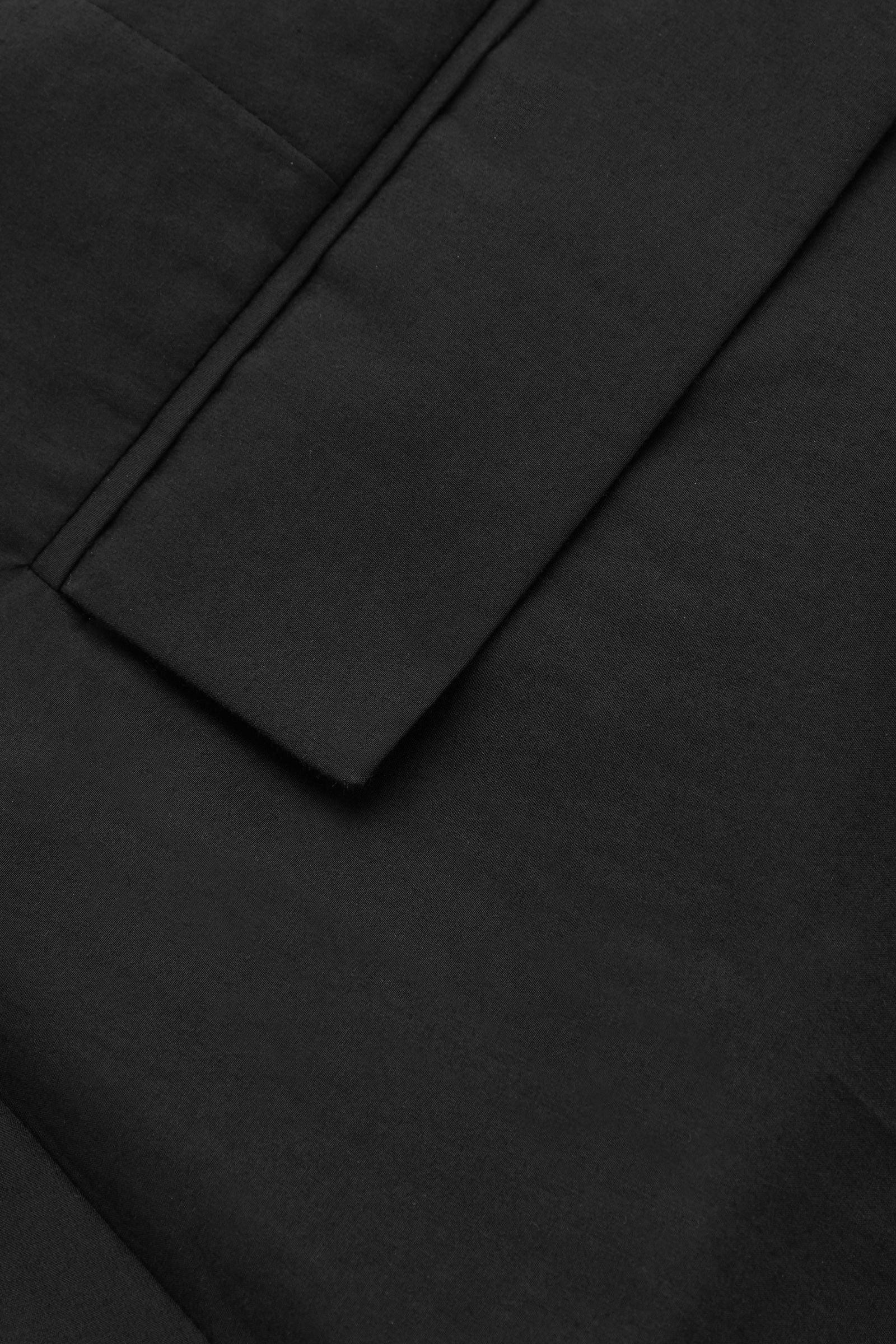 COS 유틸리티 스타일 코튼 믹스 트라우저의 블랙컬러 Detail입니다.
