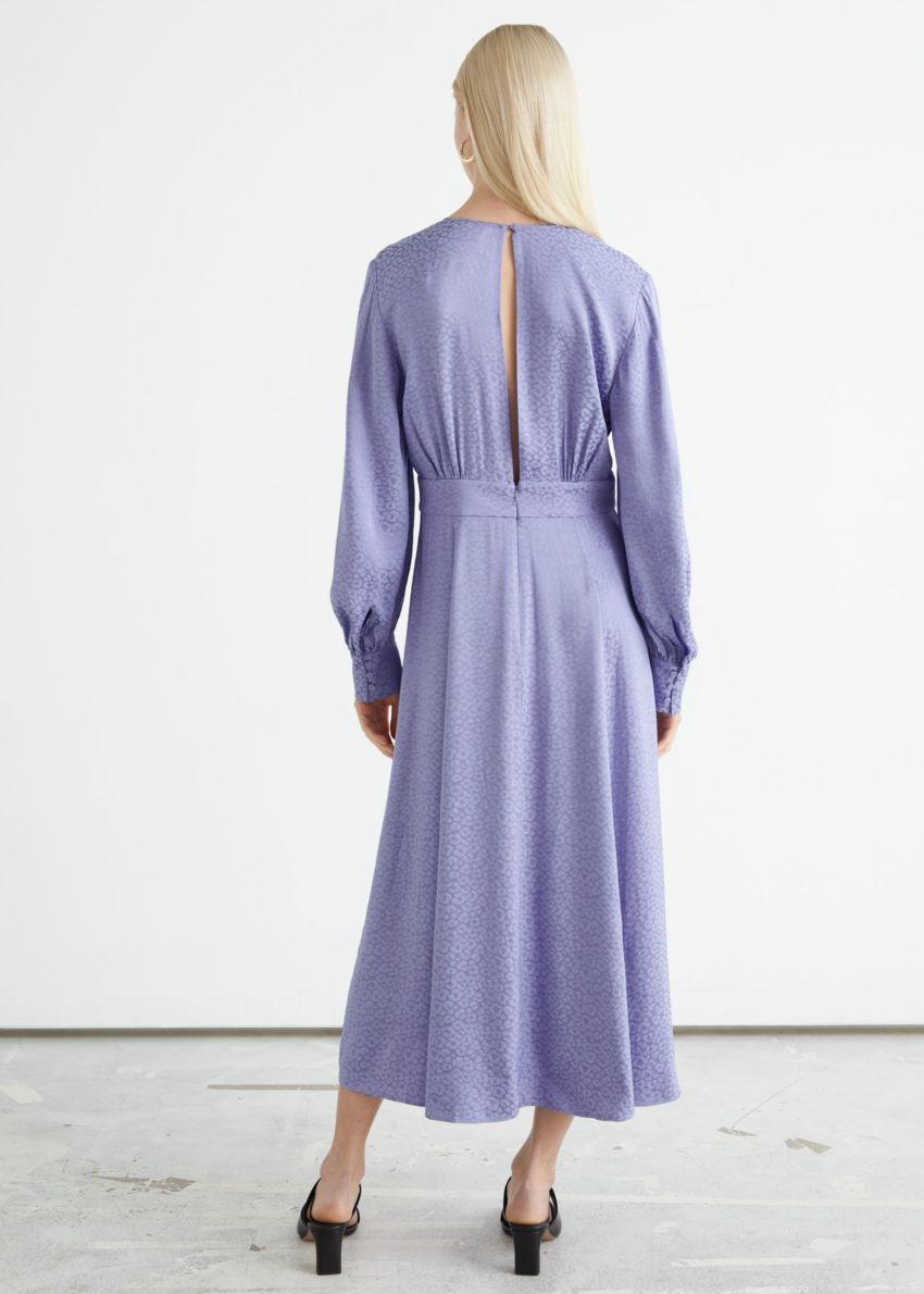 앤아더스토리즈 볼류미너스 슬리브 자카드 미디 드레스의 라일락컬러 ECOMLook입니다.