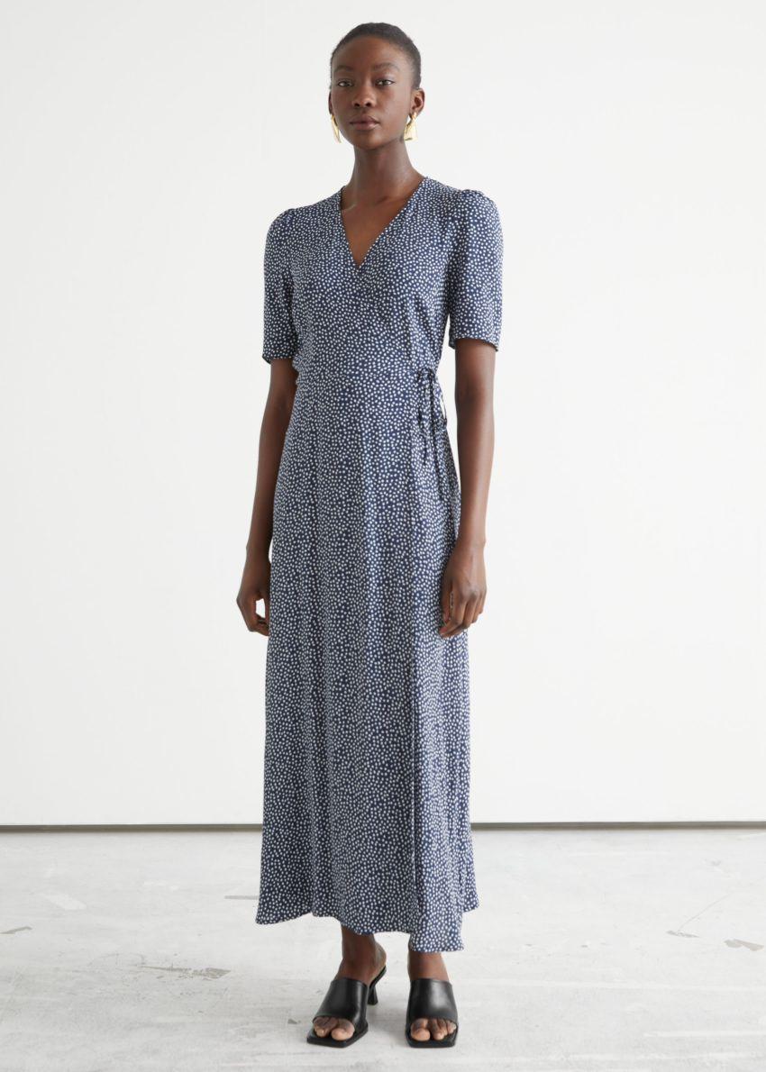 앤아더스토리즈 프린트 미디 랩 드레스의 화이트 도트컬러 ECOMLook입니다.