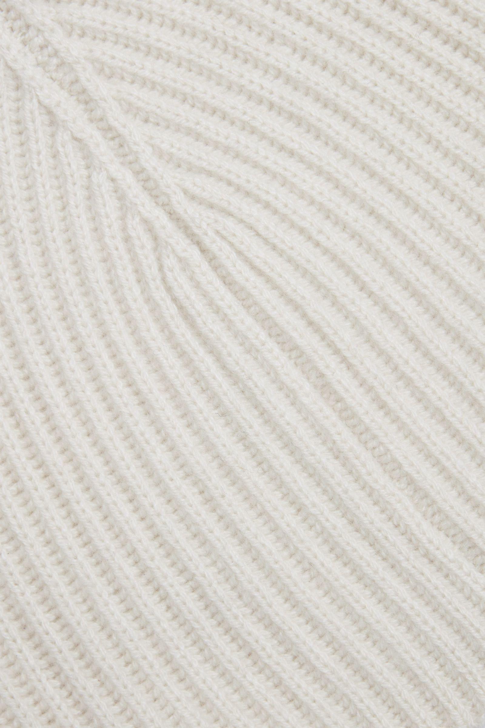 COS 캐시미어 라운디드 햇의 오프 화이트컬러 Detail입니다.