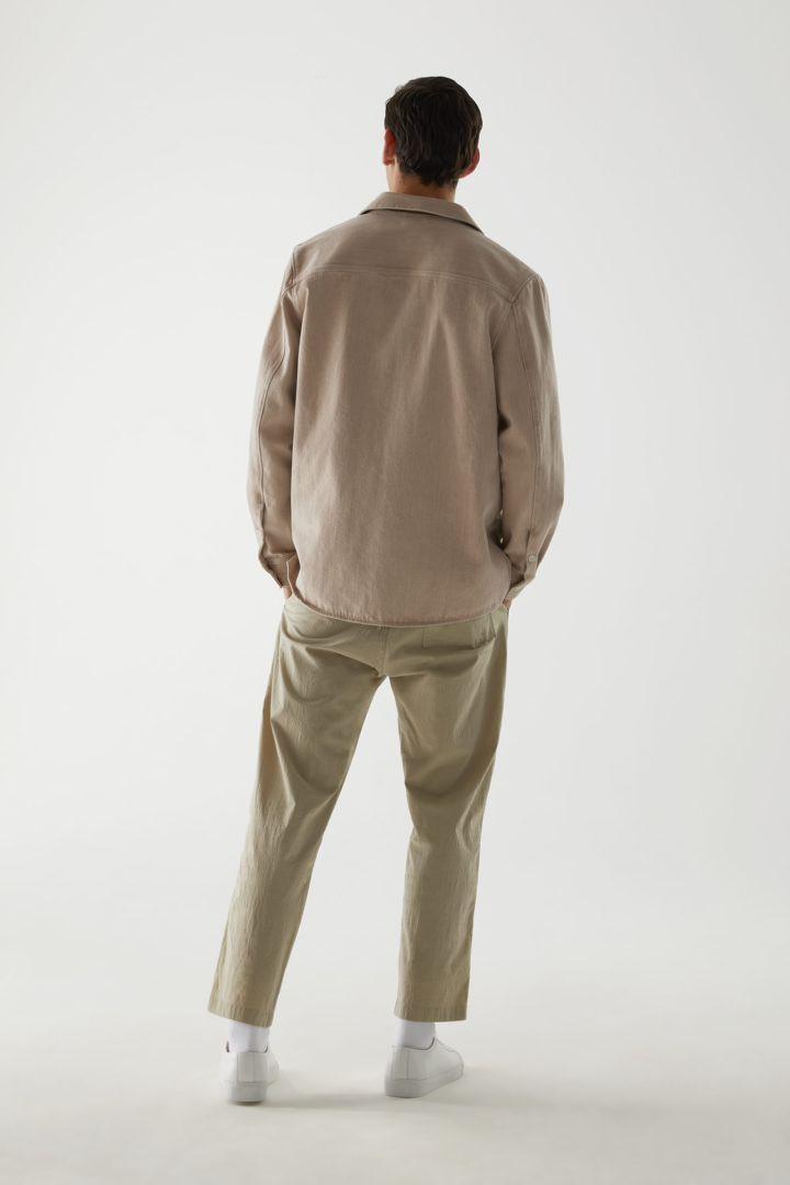 COS 오가닉 코튼 데님 셔츠의 몰 그레이컬러 ECOMLook입니다.