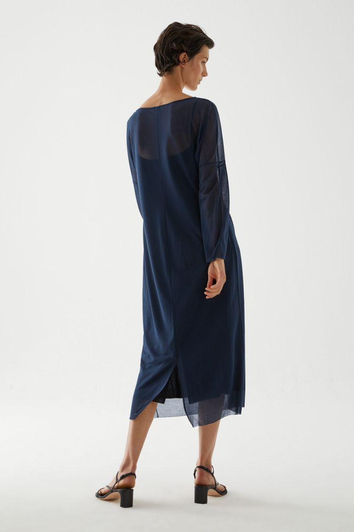 COS 롱 쉬어 코튼 드레스의 네이비컬러 ECOMLook입니다.