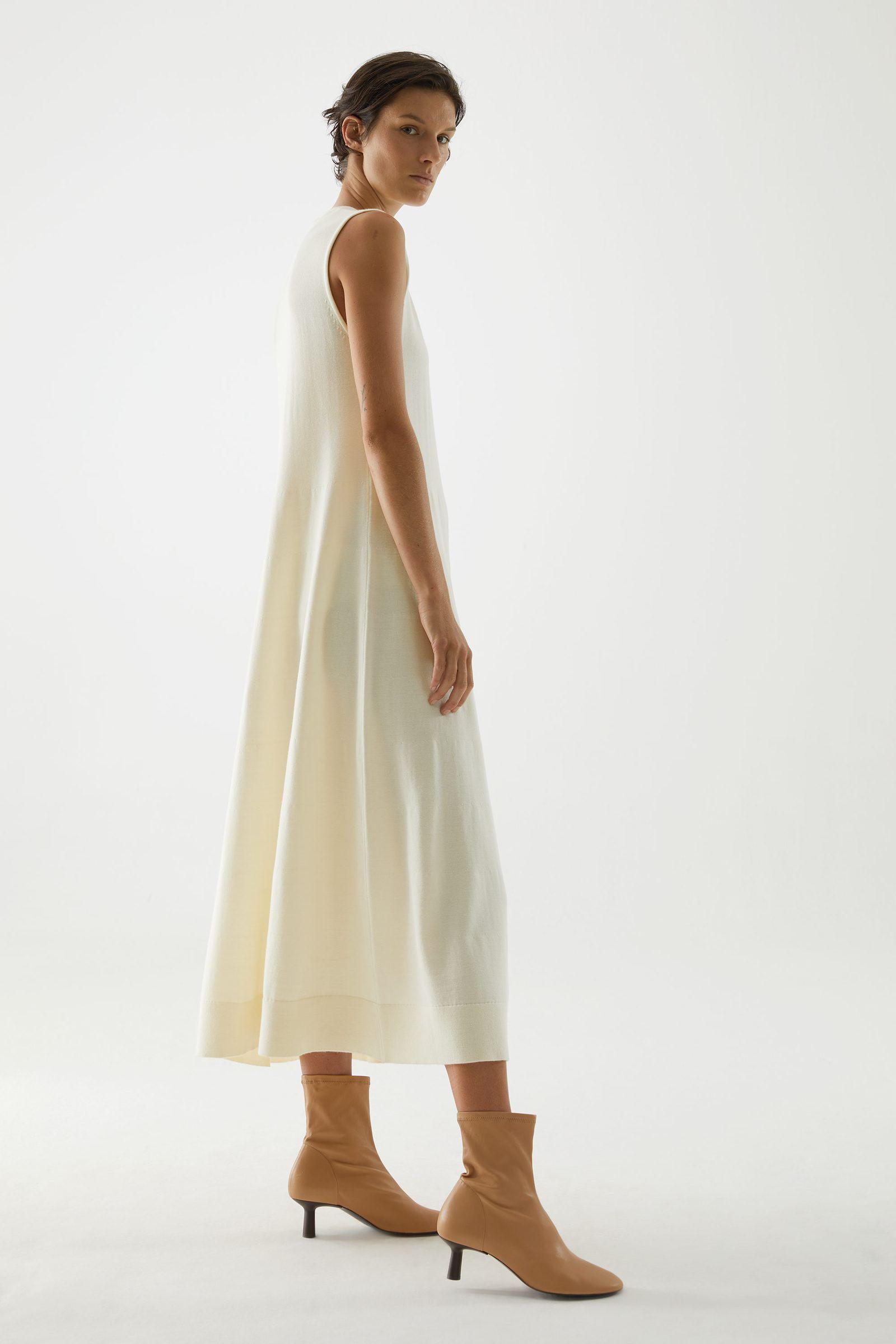 COS 니티드 A라인 메리노 울 드레스의 오프 화이트컬러 ECOMLook입니다.