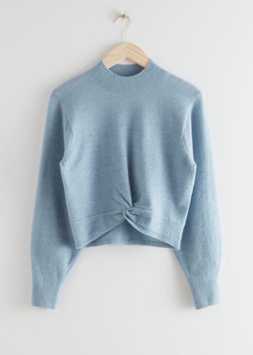 앤아더스토리즈 트위스트 디테일 니트 스웨터의 라이트 블루컬러 Product입니다.