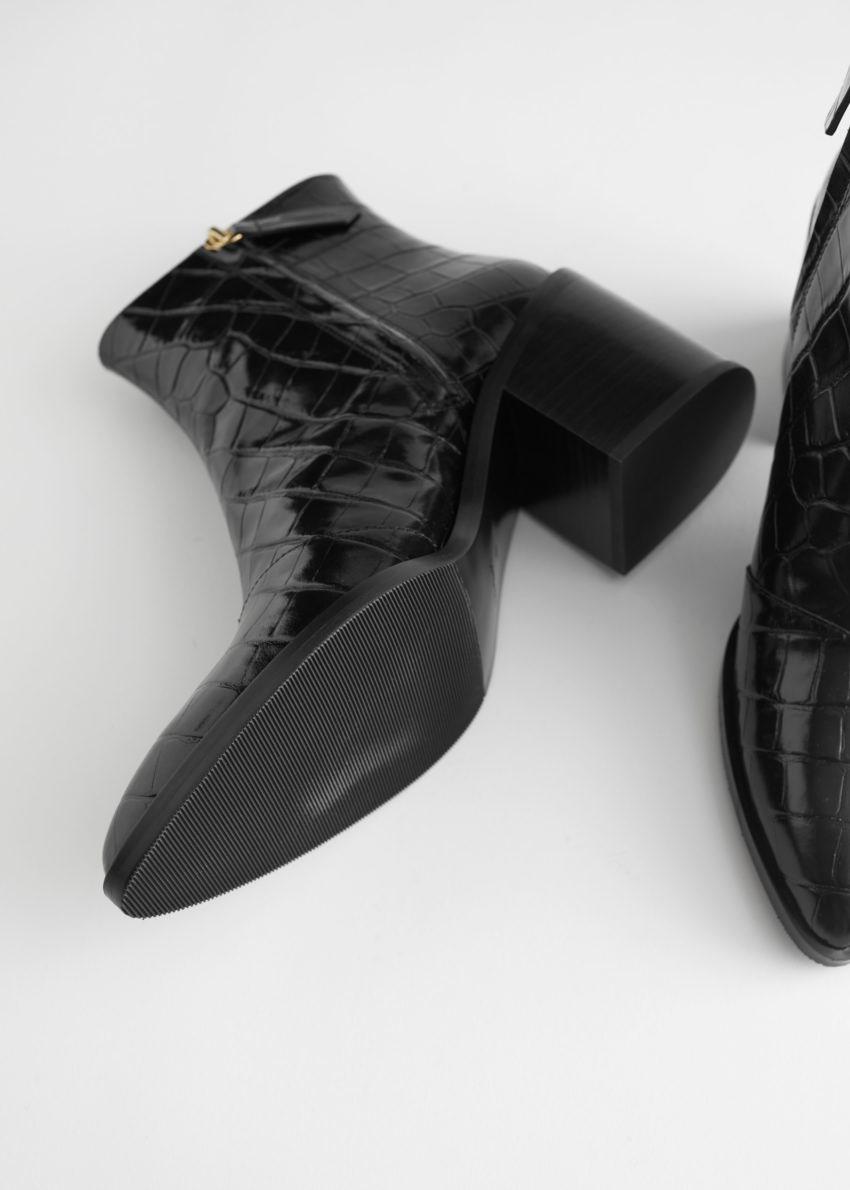 앤아더스토리즈 크로크 엠보스드 레더 앵클 부츠의 블랙 크로코컬러 Detail입니다.