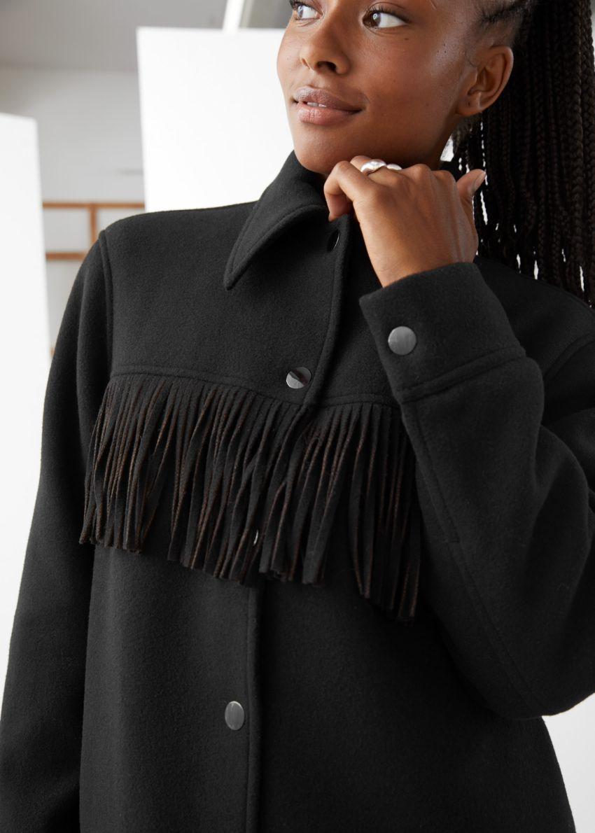 앤아더스토리즈 릴렉스드 버튼 업 프린지 재킷의 블랙컬러 ECOMLook입니다.