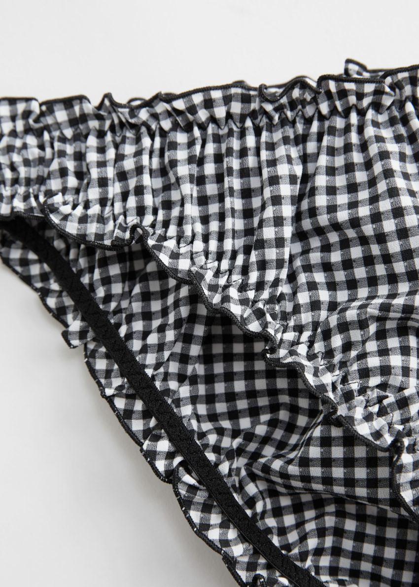 앤아더스토리즈 러플 트림 개더드 브리프의 블랙 깅엄컬러 Detail입니다.