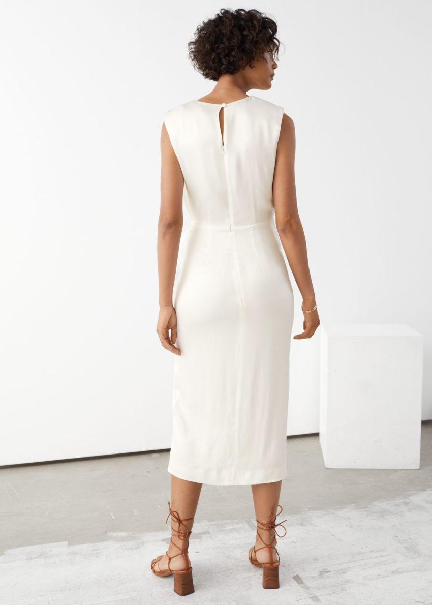 앤아더스토리즈 새틴 사이드 타이 미디 드레스의 화이트컬러 ECOMLook입니다.