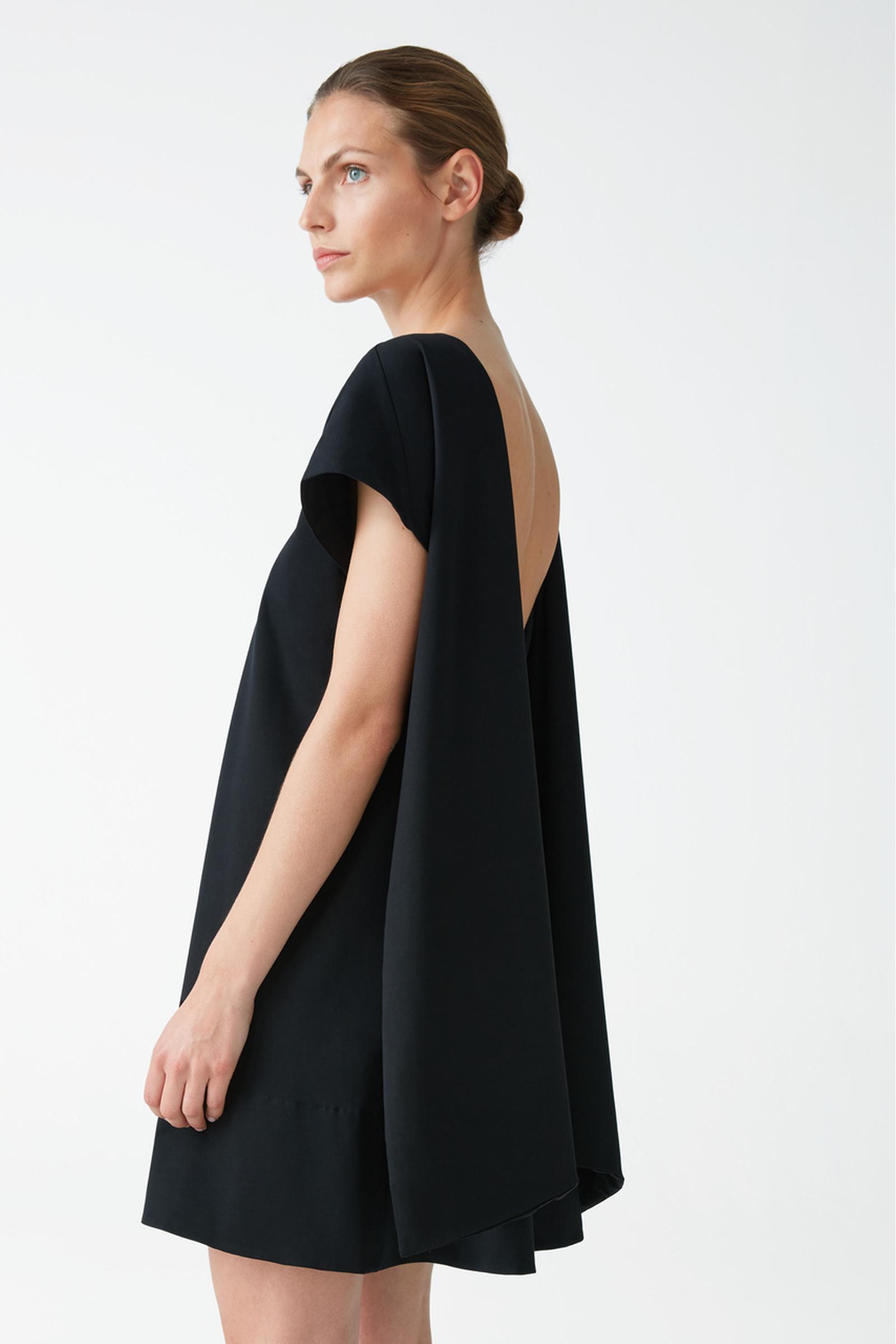 COS 오가닉 코튼 A라인 리버스 타이 드레스의 블랙컬러 ECOMLook입니다.