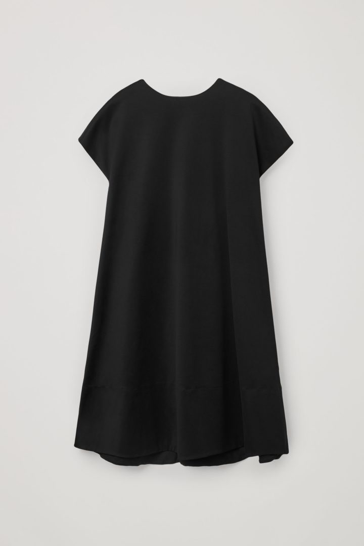 COS 오가닉 코튼 A라인 리버스 타이 드레스의 블랙컬러 Product입니다.