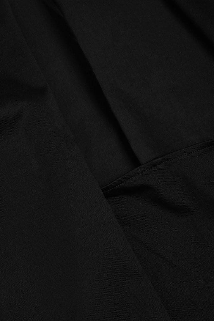 COS 오가닉 코튼 A라인 리버스 타이 드레스의 블랙컬러 Detail입니다.