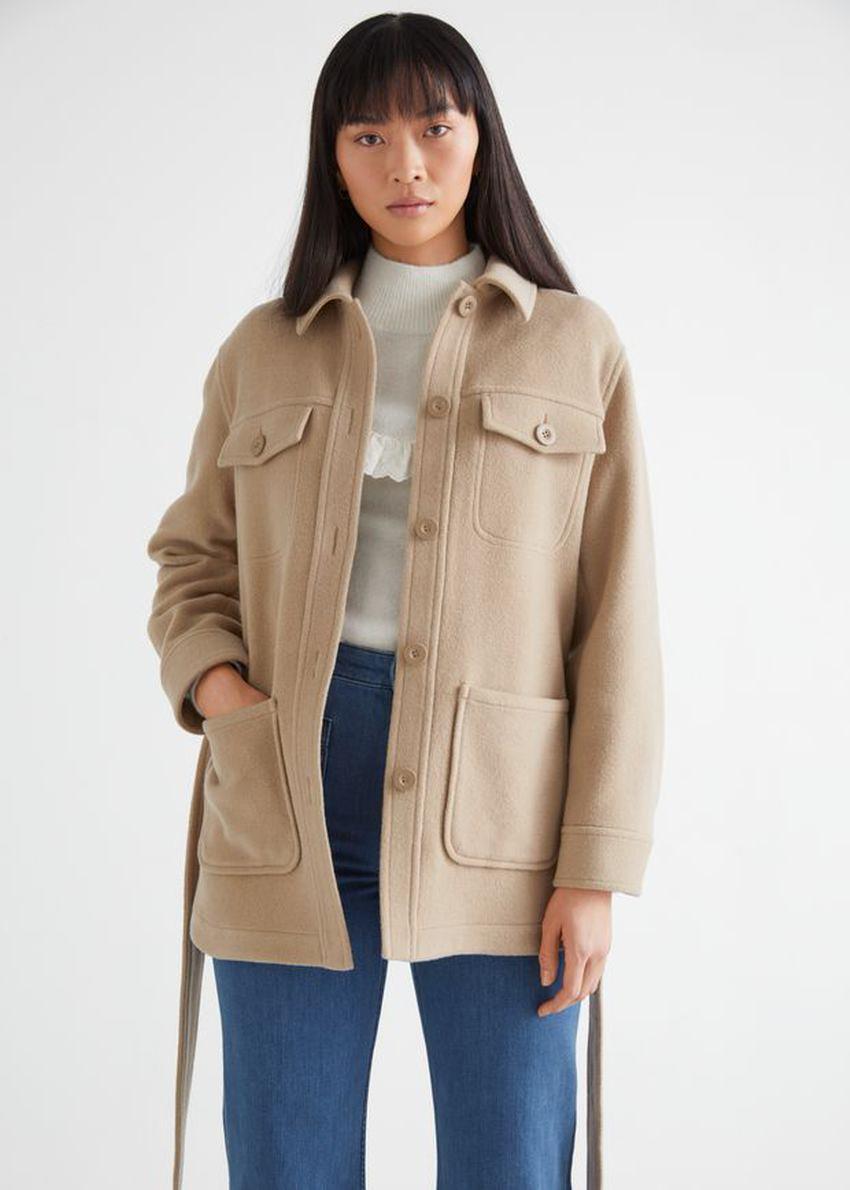 앤아더스토리즈 벨티드 오버셔츠 재킷의 베이지컬러 ECOMLook입니다.