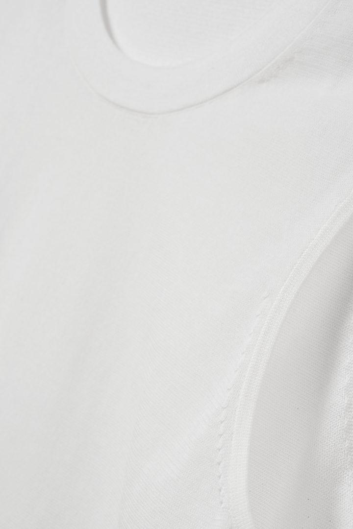 COS 슬리브리스 코튼 믹스 탑의 화이트컬러 Detail입니다.