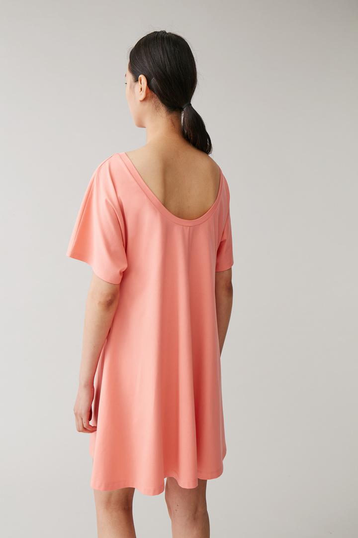 COS A라인 코튼 드레스의 핑크컬러 ECOMLook입니다.