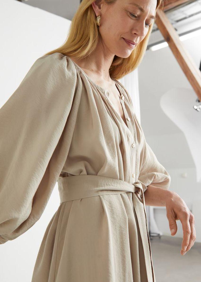 앤아더스토리즈 벨티드 셸 버튼 미디 드레스의 베이지컬러 ECOMLook입니다.