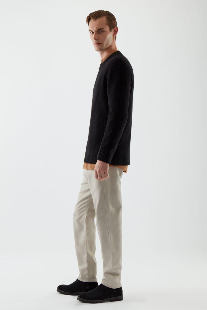 COS 울 릴랙스드 스웨터의 블랙컬러 ECOMLook입니다.