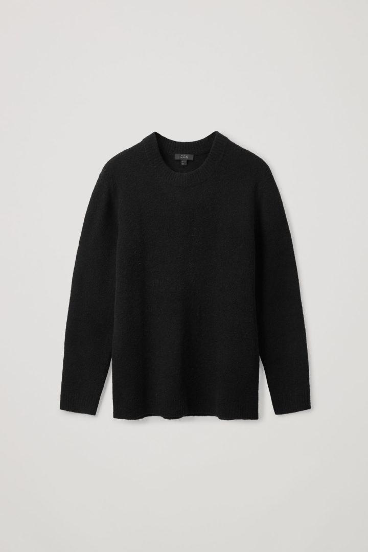 COS 울 릴랙스드 스웨터의 블랙컬러 Product입니다.