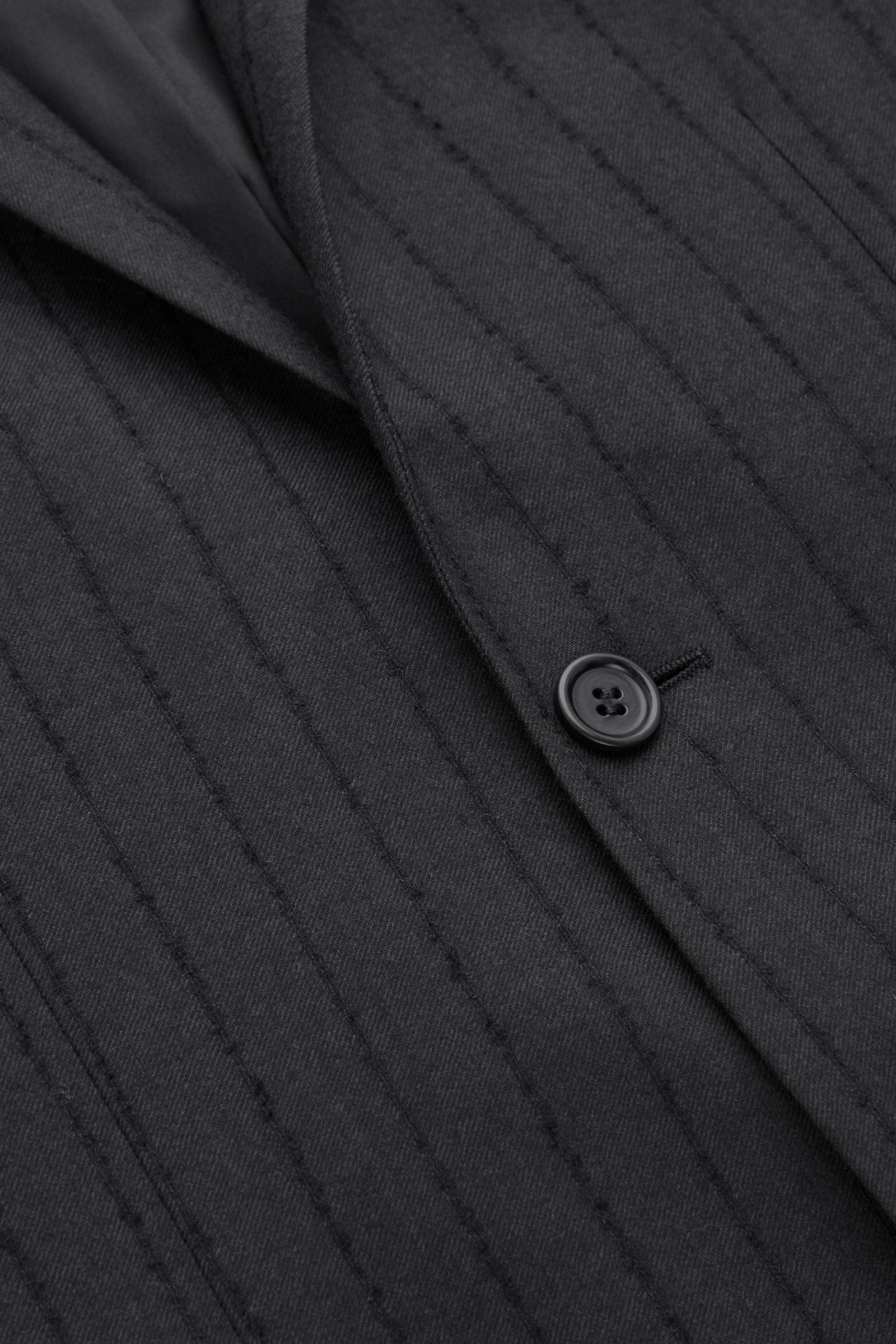 COS 슬림 핏 울 핀스트라이프 블레이저의 블랙컬러 Detail입니다.