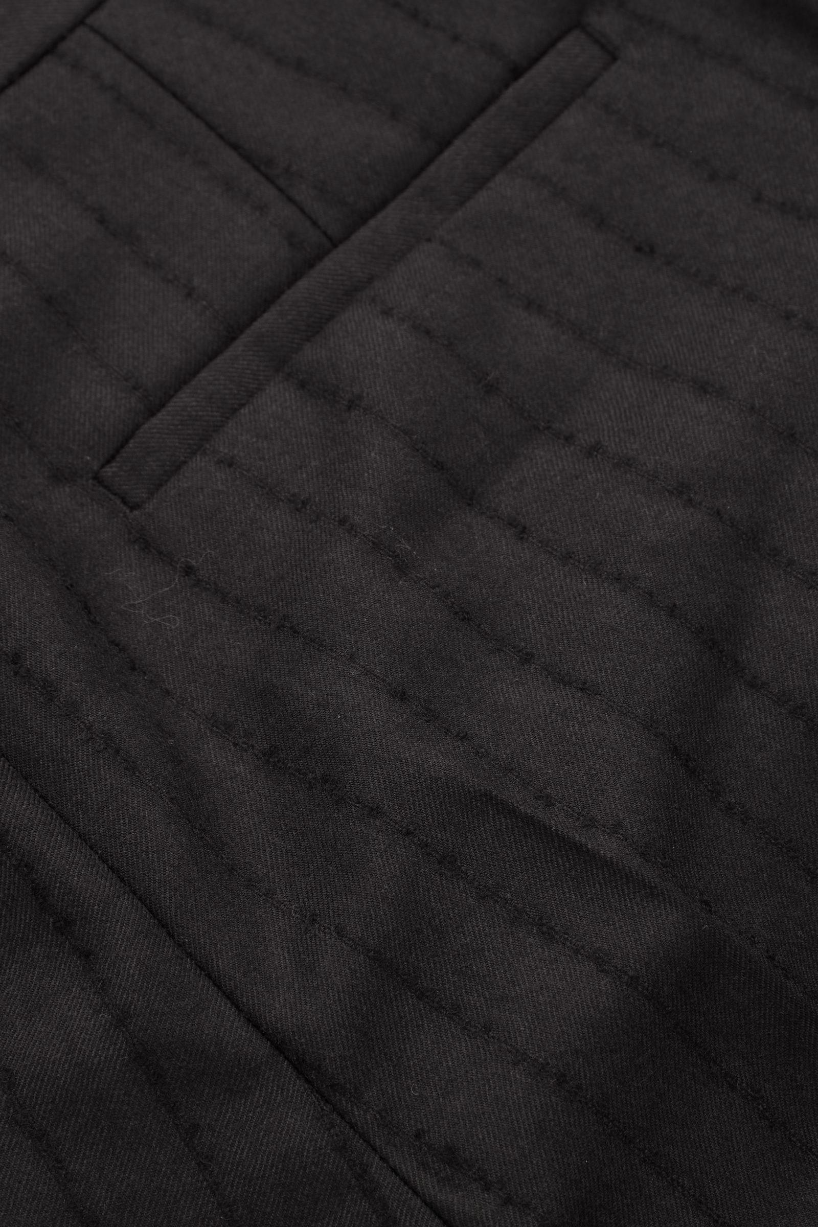 COS 슬림 울 핀스트라이프 트라우저의 블랙컬러 Detail입니다.