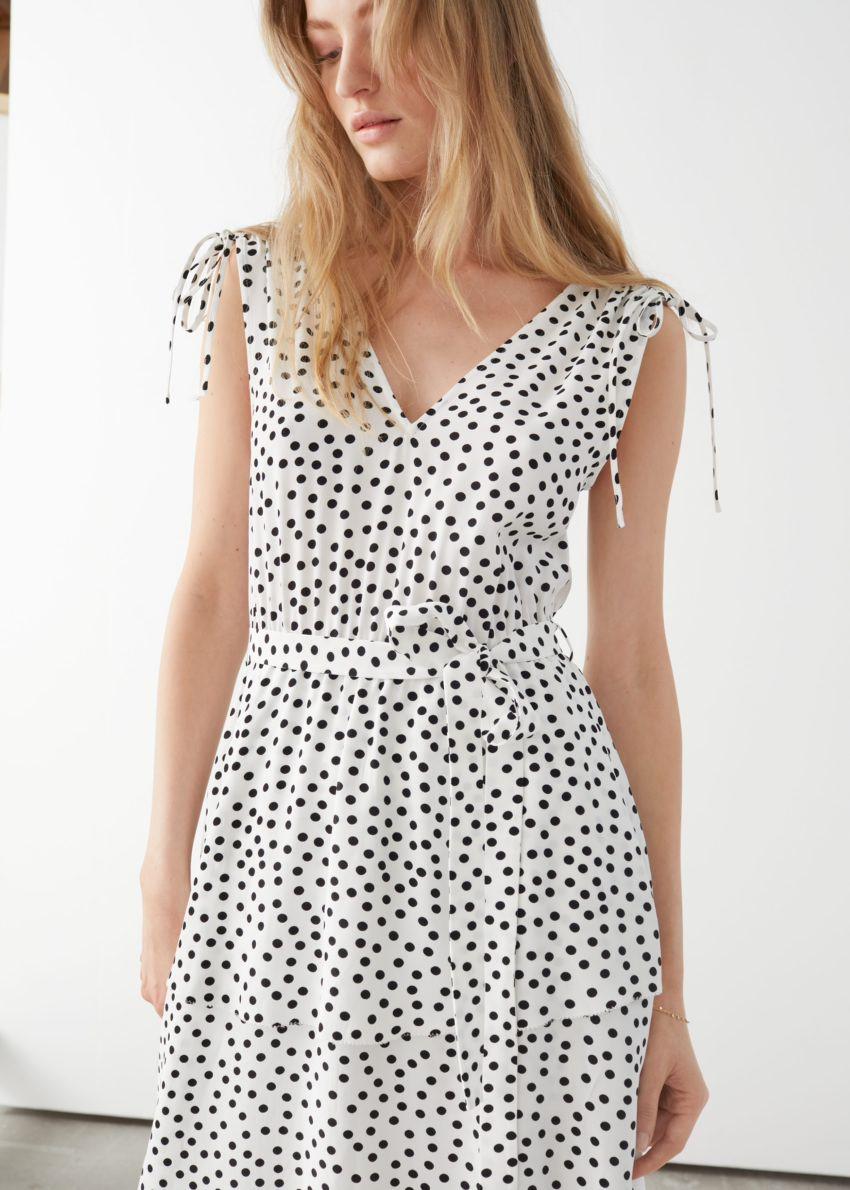 앤아더스토리즈 벨티드 브이넥 미디 드레스의 화이트 도트컬러 ECOMLook입니다.