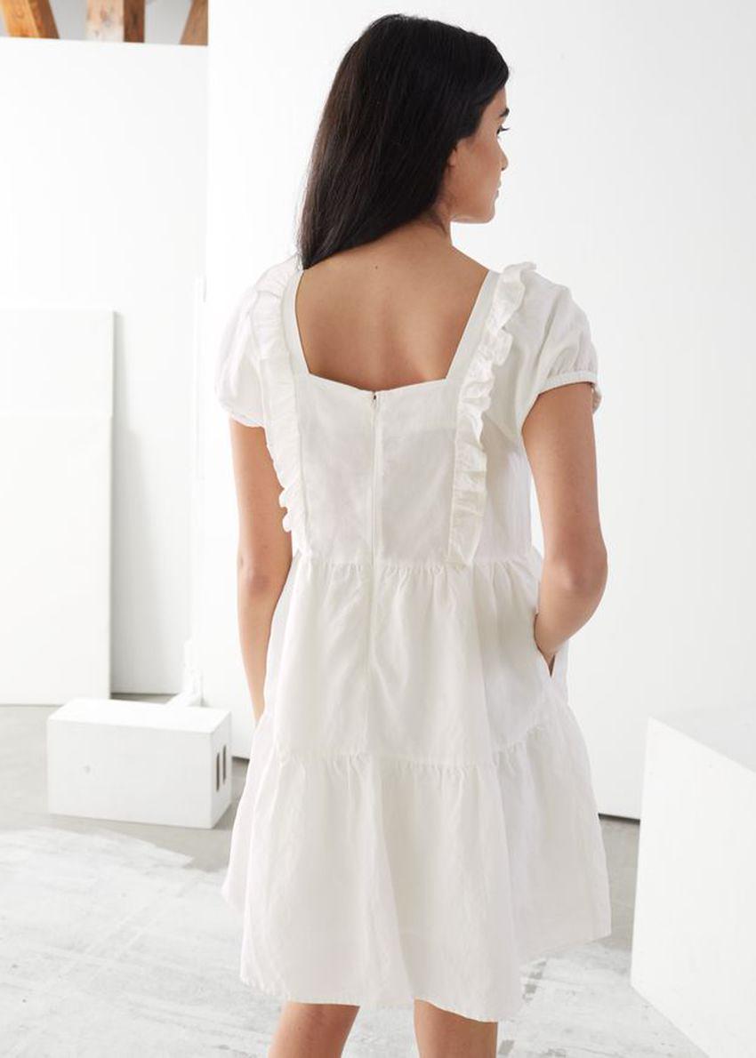 앤아더스토리즈 티어 러플 미니 드레스의 화이트컬러 ECOMLook입니다.