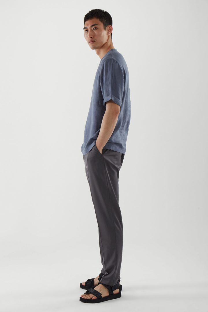 COS 릴랙스드 핏 헴프 티셔츠의 블루컬러 ECOMLook입니다.