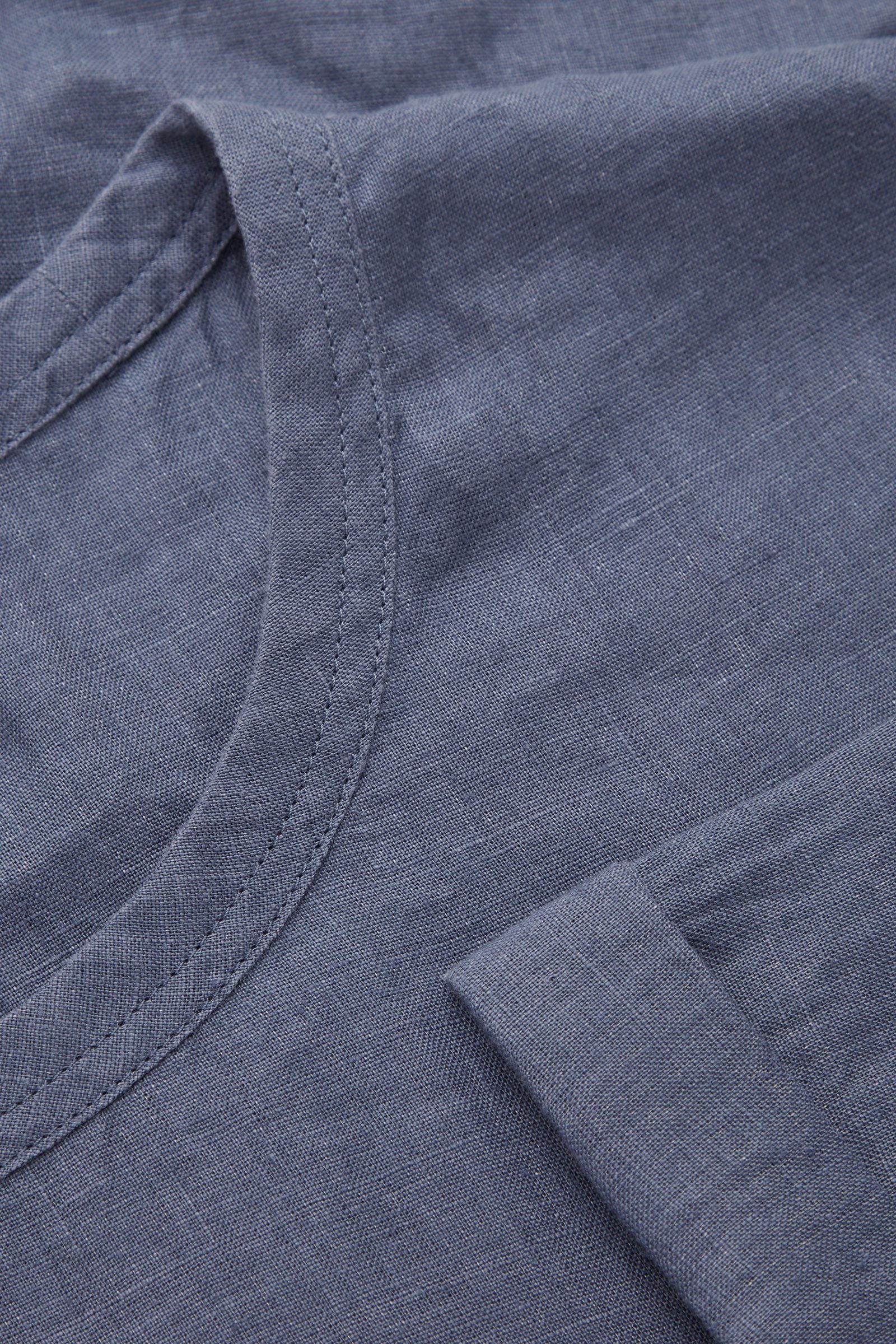 COS 릴랙스드 핏 헴프 티셔츠의 블루컬러 Detail입니다.