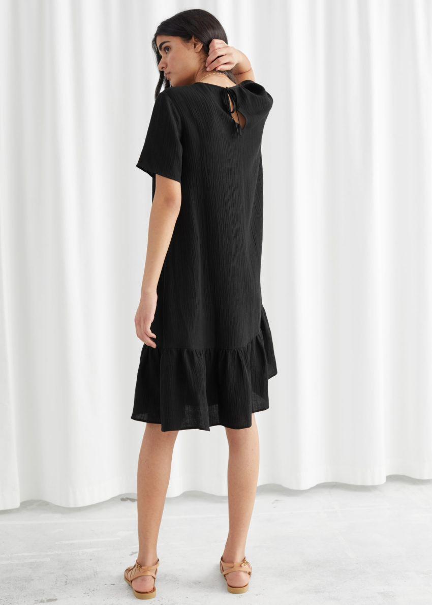 앤아더스토리즈 A라인 러플 미니 드레스의 블랙컬러 ECOMLook입니다.