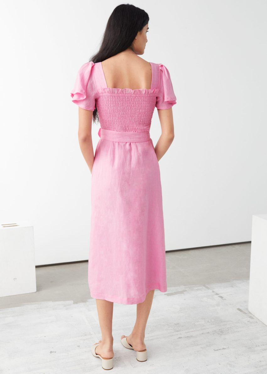 앤아더스토리즈 리넨 스모크 미디 드레스의 핑크컬러 ECOMLook입니다.