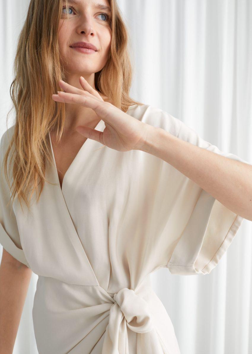 앤아더스토리즈 릴렉스드 랩 미니 드레스의 베이지컬러 ECOMLook입니다.