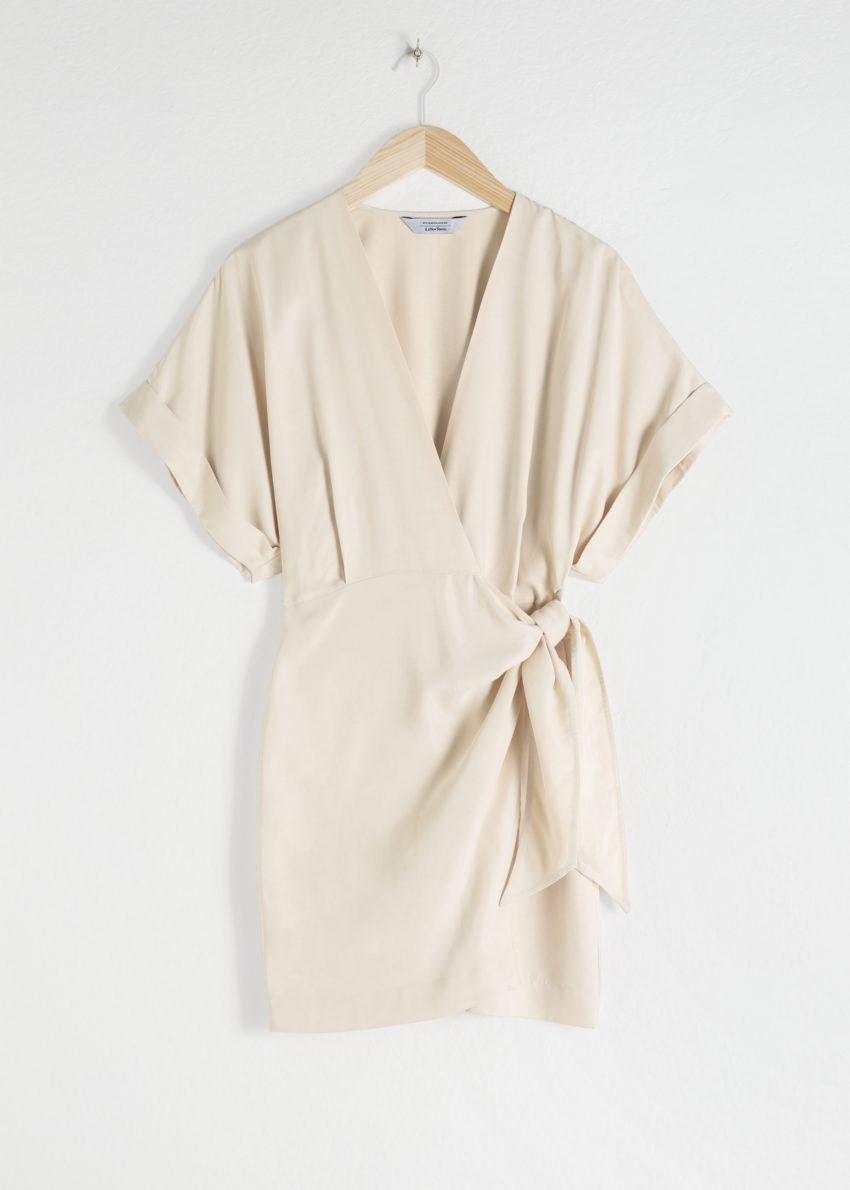 앤아더스토리즈 릴렉스드 랩 미니 드레스의 베이지컬러 Product입니다.