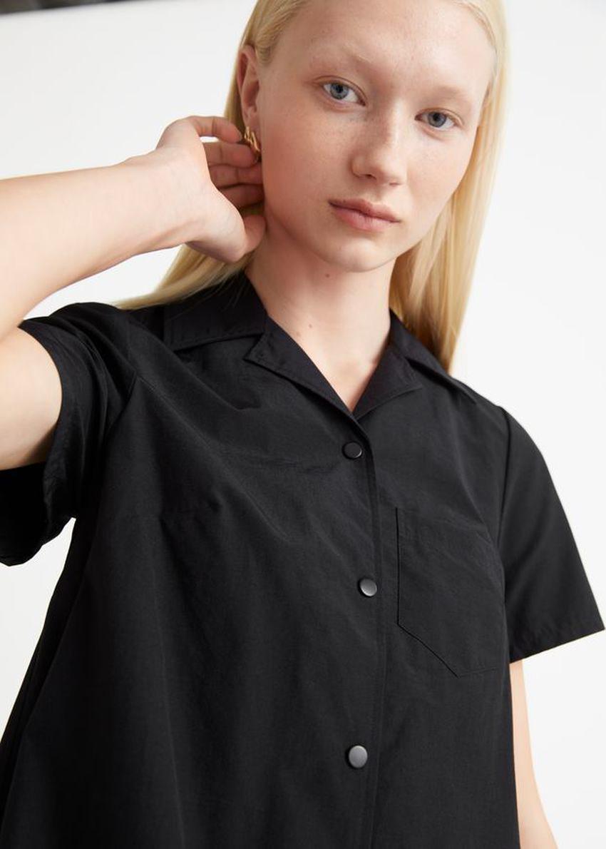 앤아더스토리즈 버튼 A 라인 미니 드레스의 블랙컬러 ECOMLook입니다.