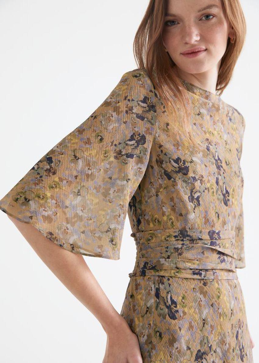 앤아더스토리즈 프린트 벨티드 미디 드레스의 베이지 플로럴컬러 ECOMLook입니다.