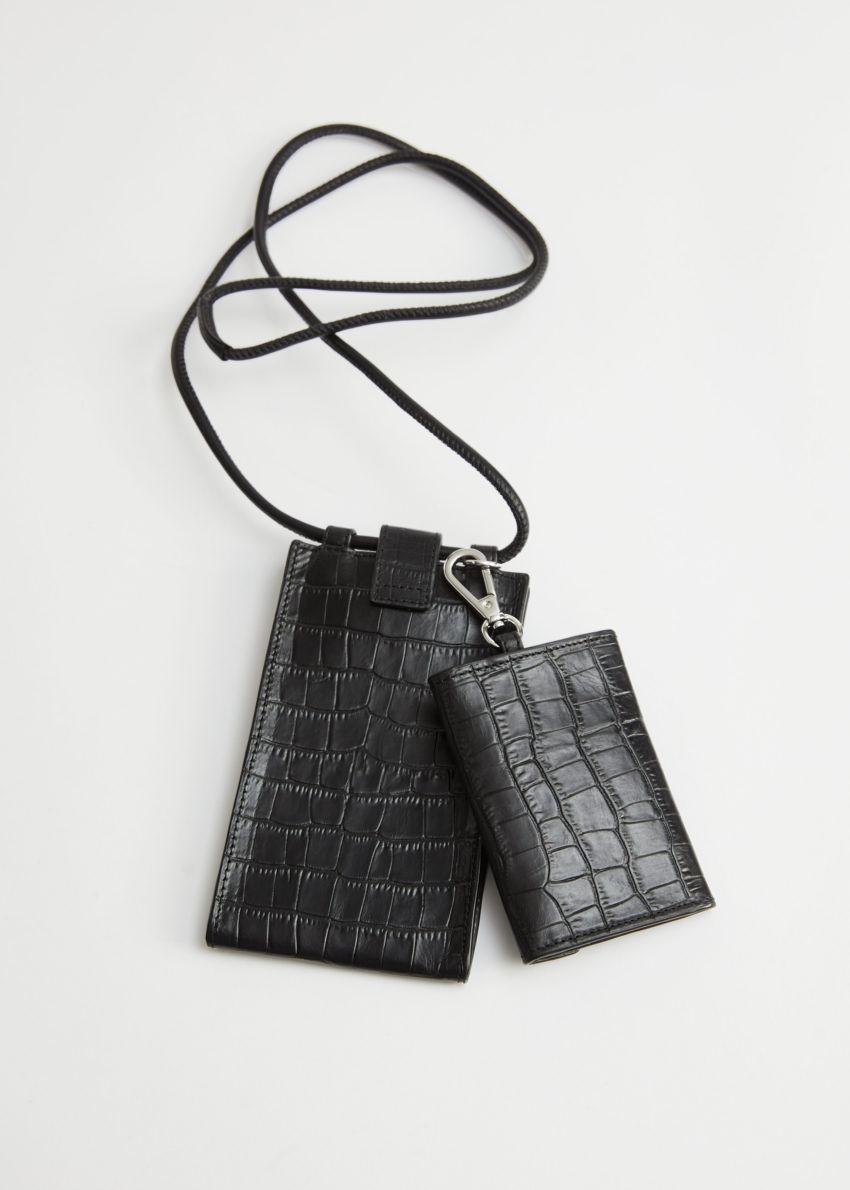 앤아더스토리즈 크로크 엠보스드 레더 넥 월렛의 블랙컬러 Product입니다.