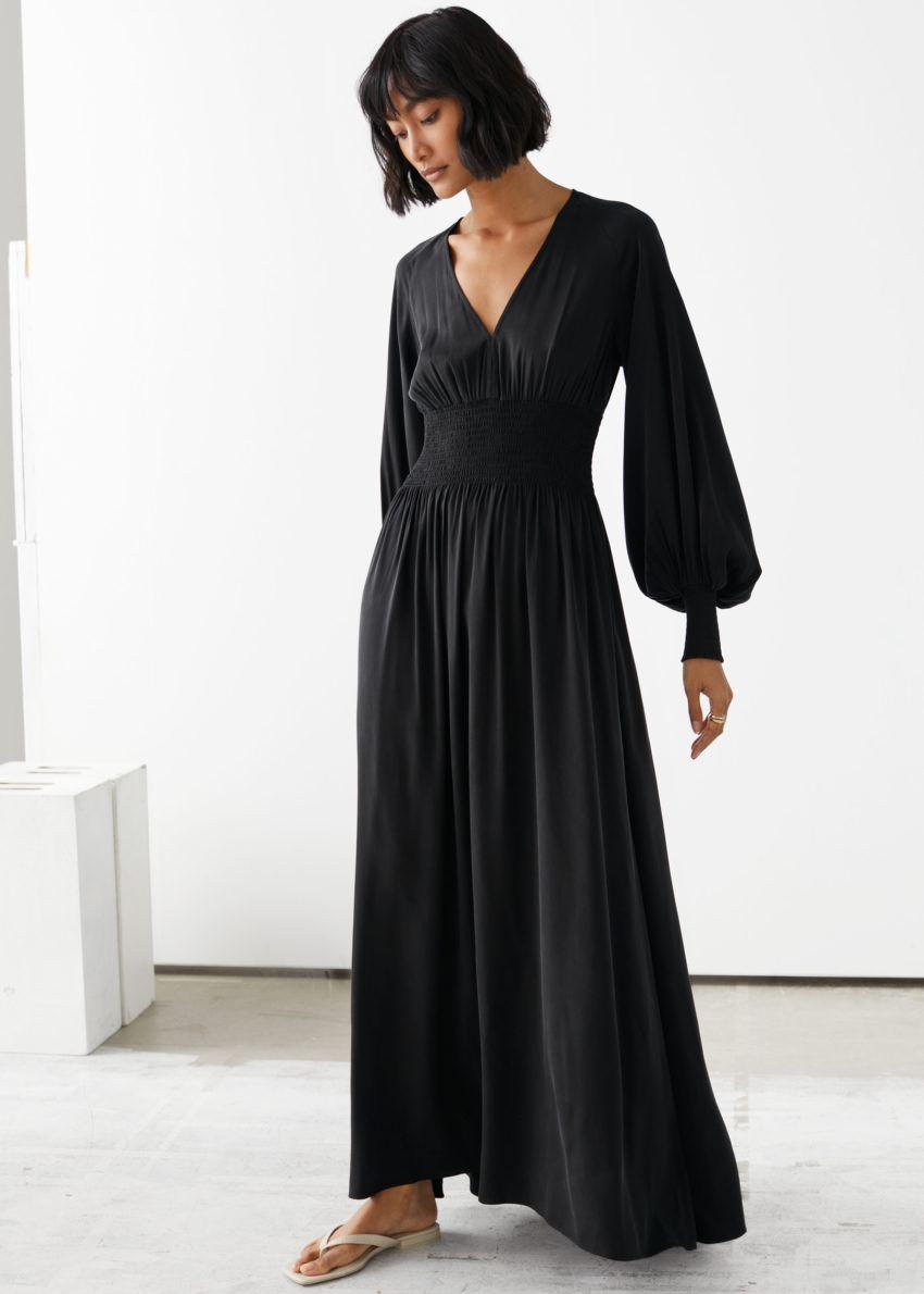 앤아더스토리즈 스모크 웨이스트 맥시 드레스의 블랙컬러 ECOMLook입니다.