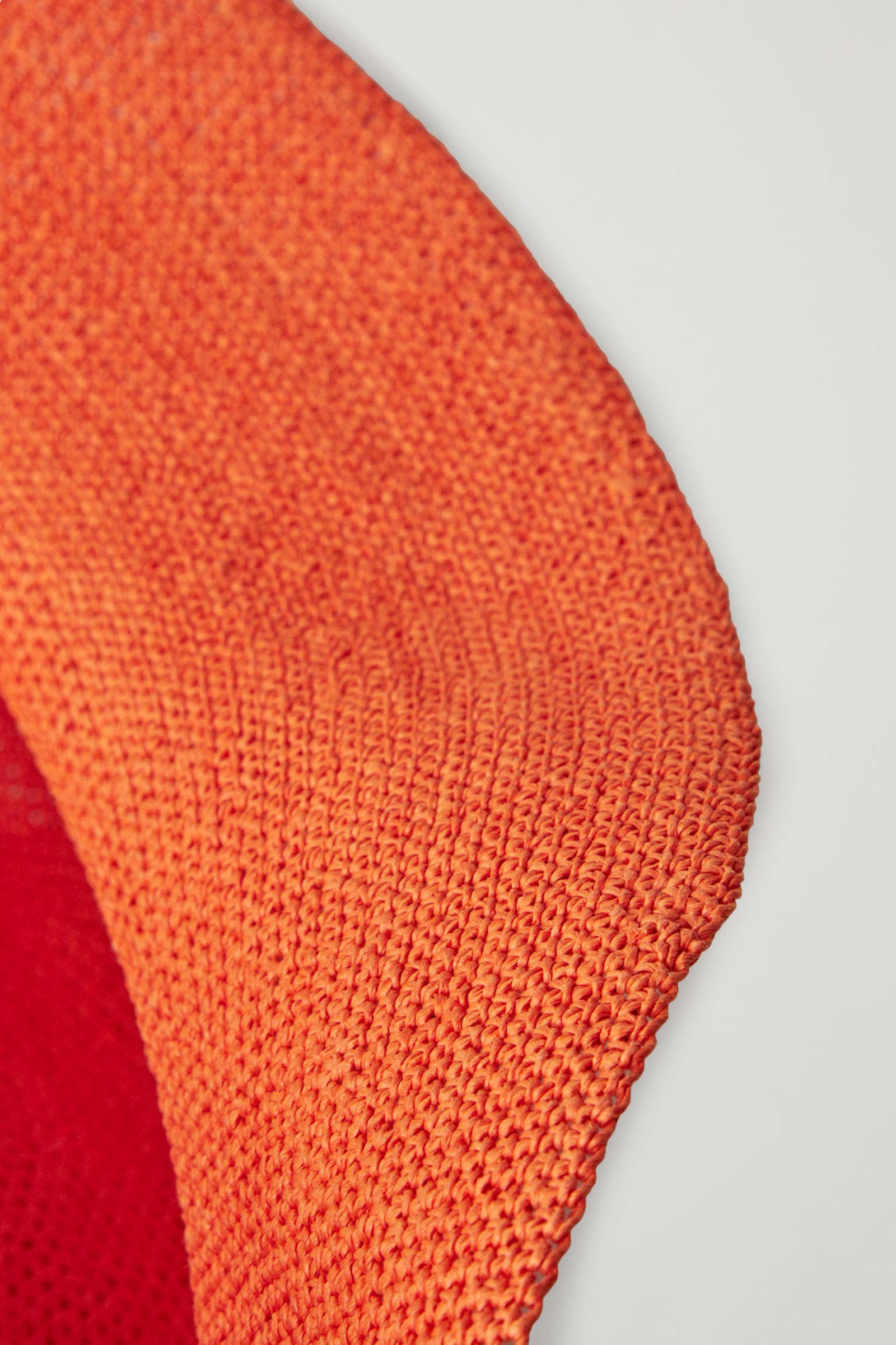 COS 크로셰 페이퍼 햇의 오렌지컬러 Detail입니다.