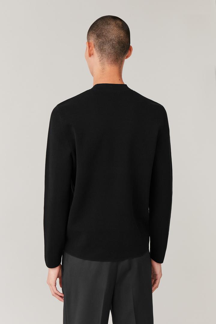 COS 모크넥 니티드 스웨터의 블랙컬러 ECOMLook입니다.