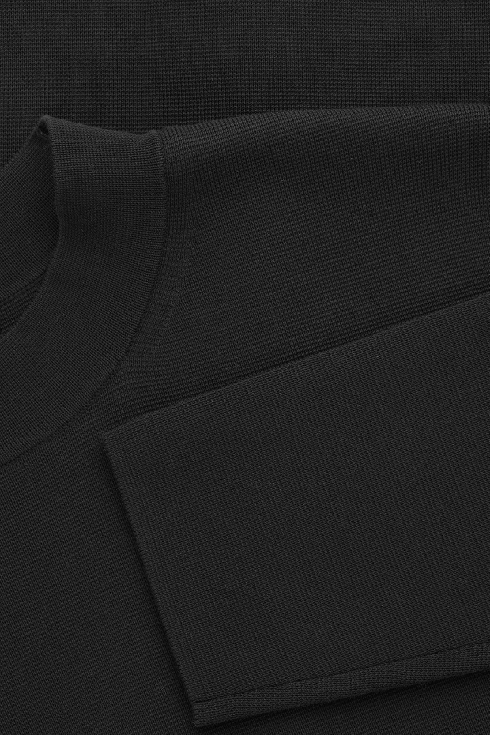 COS 모크넥 니티드 스웨터의 블랙컬러 Detail입니다.