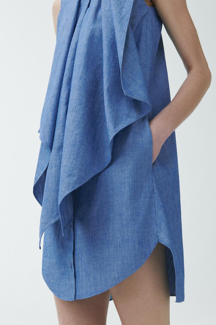 COS 오가닉 코튼 러플드 데님 드레스의 블루컬러 ECOMLook입니다.