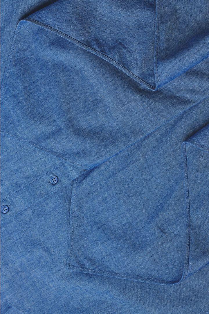 COS 오가닉 코튼 러플드 데님 드레스의 블루컬러 Detail입니다.