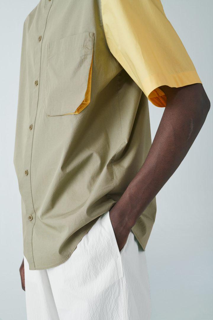 COS 오가닉 코튼 포플린 셔츠의 카키 그린컬러 ECOMLook입니다.